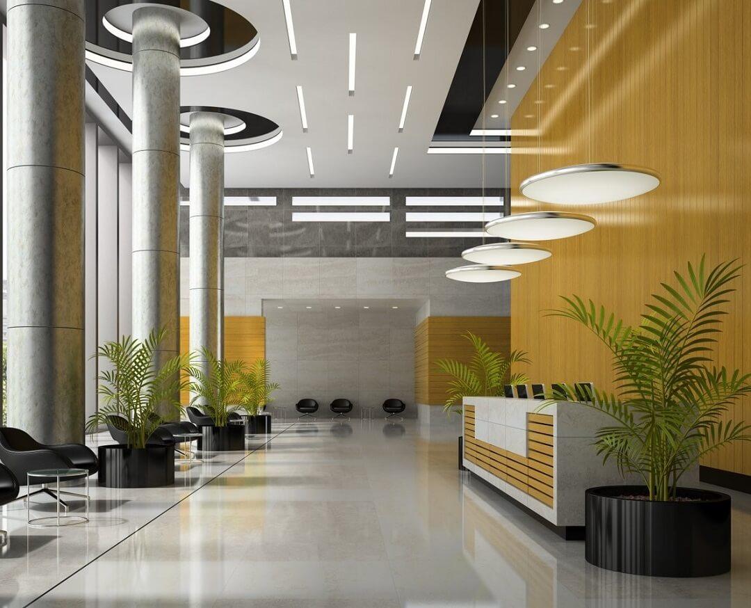 Không gian sảnh chính được trang bị quầy lễ tân, bàn ghế tiếp khách